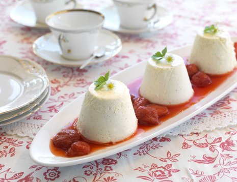 Tre porsjoner vaniljepudding på avlangt fat