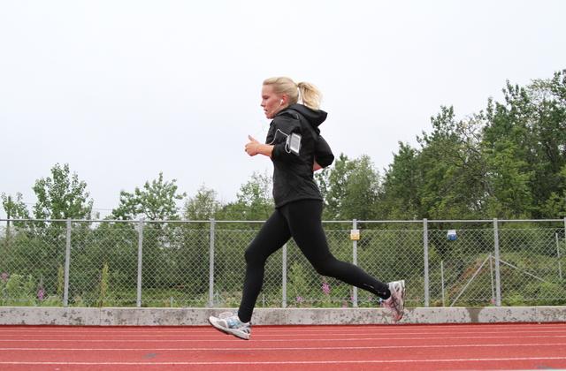Janne Igeland på Intervalltrening på friidrettsbanen på Stangnes i Harstad