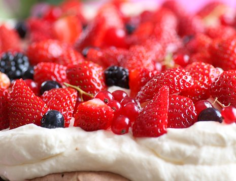 Sjokoladepavlova med jordbær, blåbær, rips og bjørnebær