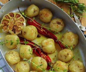 Små nypoteter ristet i panne med chili, timian og hvitløk.
