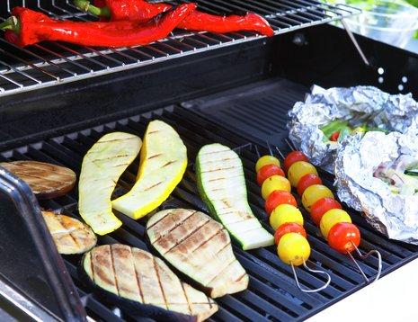 Grillede squash- og aubergineskiver på grillen