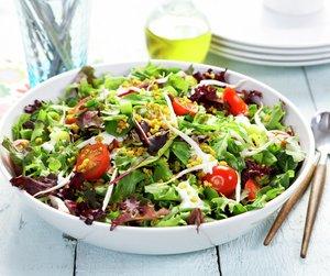 Oppskriftsbilde av salat med cherrytomater og hveteris servert i hvit, dyp tallerken.