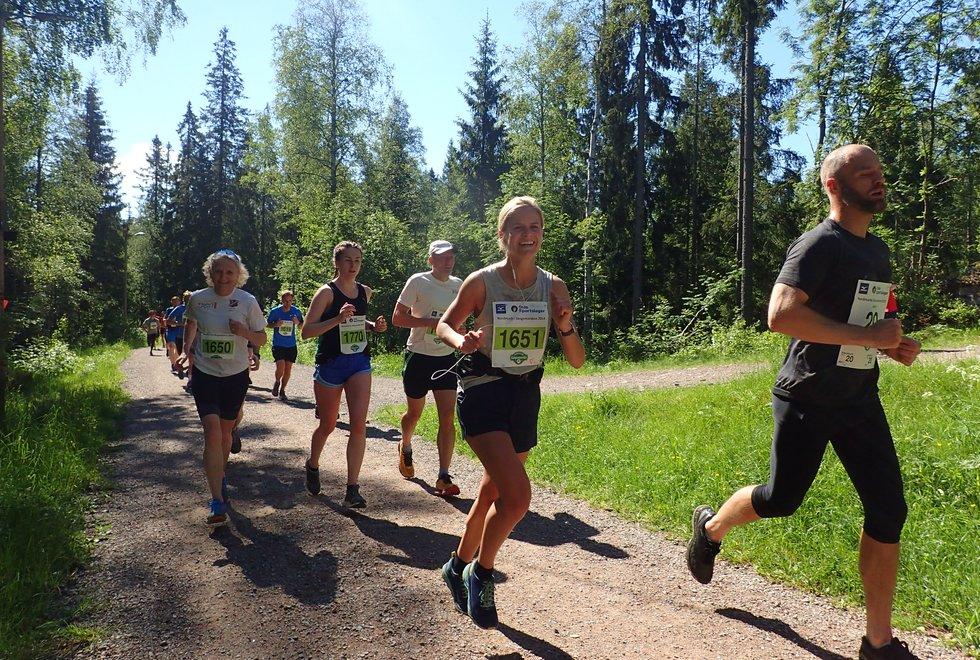 Mari Trommald (f.v) og Ellen Marie Hole og Katarina Buzatu i  Nordmarka Skogsmaraton 2019