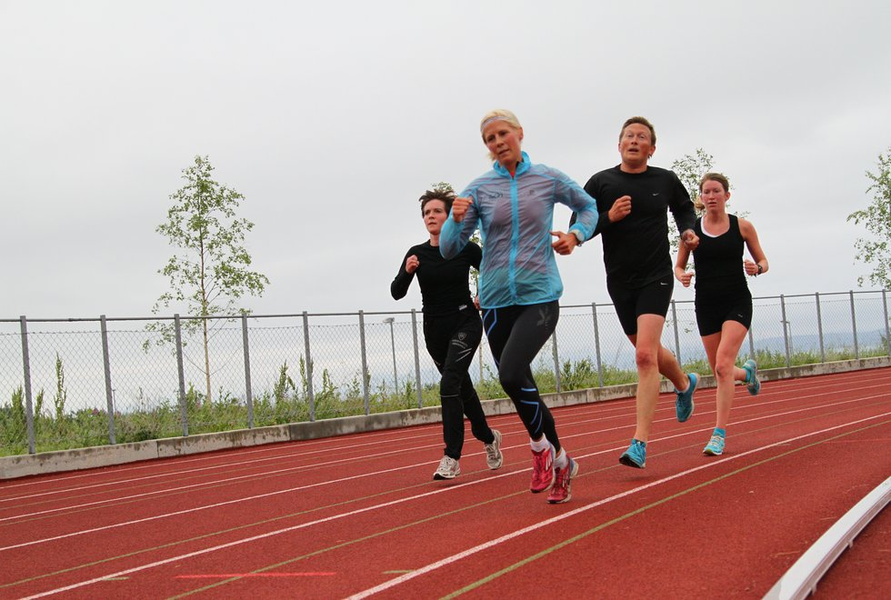 F.v: Siw Åshild Hanssen, Hilde Klæbo Ingebrigtsen, Espen Solemdal og Julie Haabeth Brox på Intervalltrening på friidrettsbanen på Stangnes i Harstad