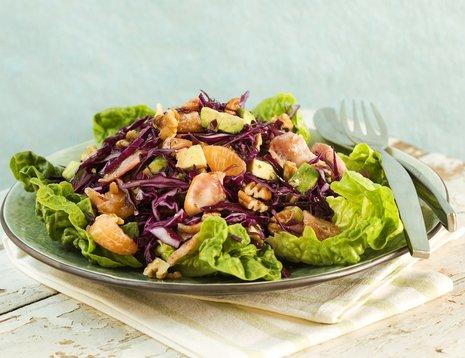 Oppskriftsbilde av salat med rødkål og avokado servert på grønn tallerken.