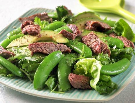 Oppskriftsbilde av salat med sukkererter, avokado og pepperrotdressing servert på firkantet tallerken