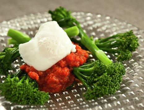 Brokkolini med rød paprikasaus og porsjert egg