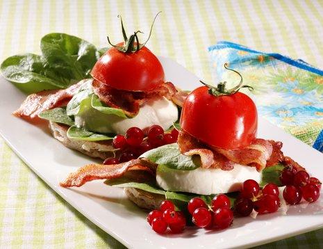 Tomat- og mozarella på hvitt fat