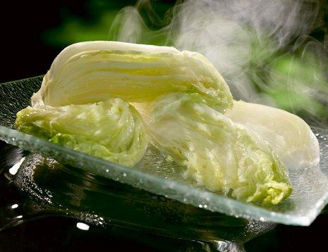 Smørdampet kinakål på glassfat