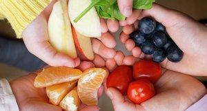 Fire barnehender med frukt, bær og grønnsaker - 5 om dagen