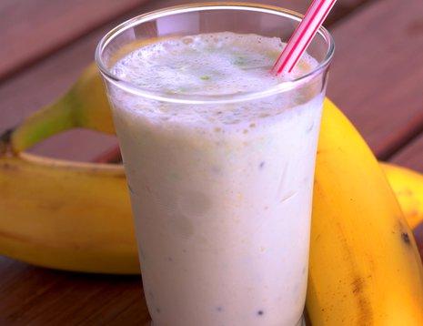 Et glass banansmoothie med sugerør