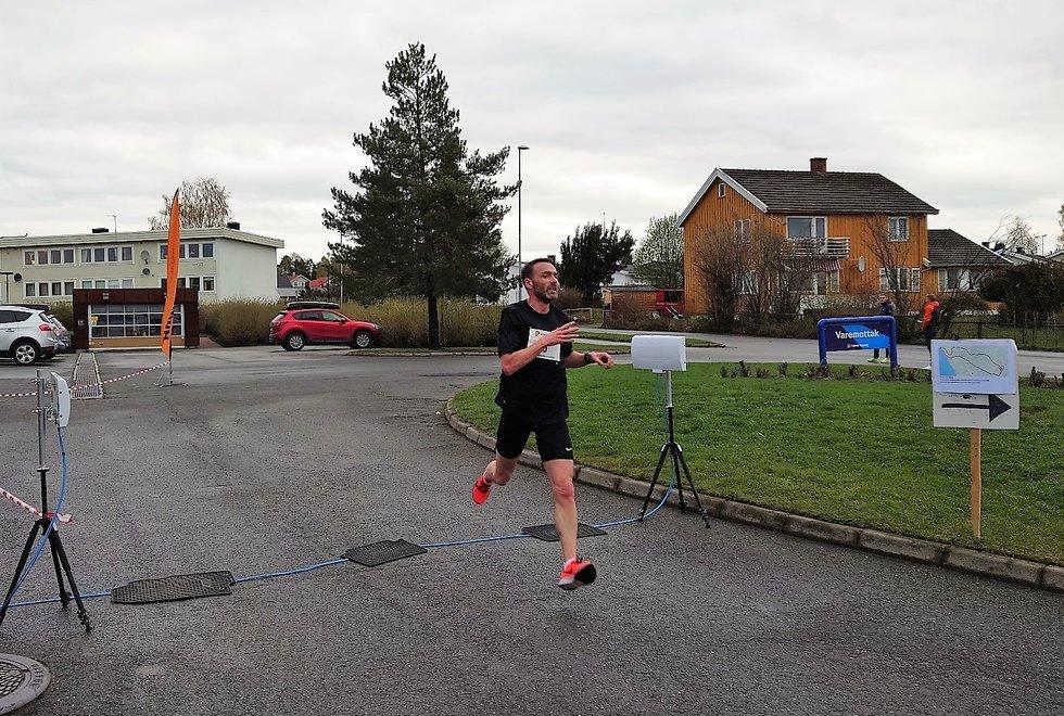 Endre Hjelseth løper inn som historisk vinner i Hamarkarusellen..