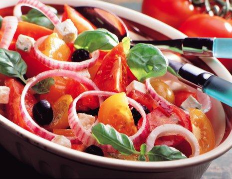 Tomatsalat med rødløk og oliven