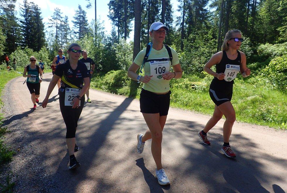 F.v: Isabel Aarnes, Maria Karlsson og Kristin Dalholt Pettersen i Nordmarka Skogsmaraton 2019