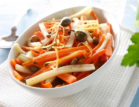 Oppskriftsbilde av salat med gulrot og oliven servert i hvit bolle.