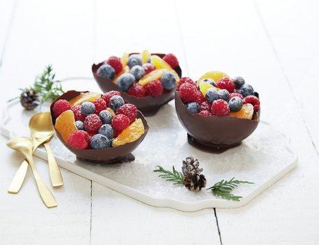 Sjokoladeskåler fylt med frukt og bær