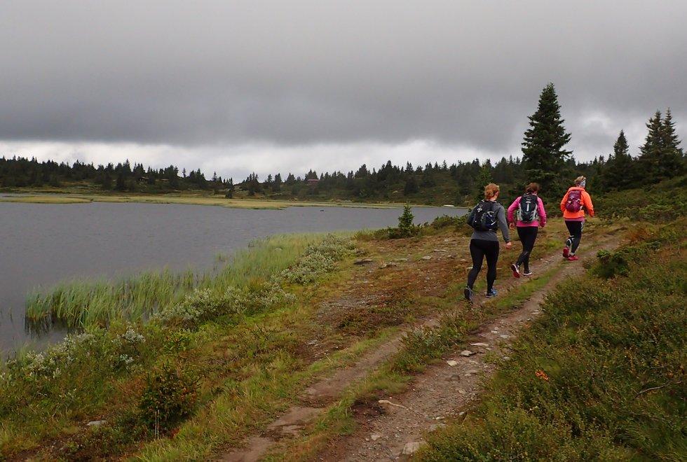 Fremst Yngvild Schwung Nilsen, Alice Steinkellner og Laila Tjelmeland på løpesamling for Kondis på Ilsetra august 2020