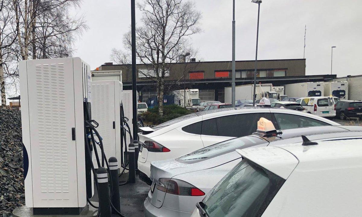 Nordens største lynladerpark for eltaxier åpnet på Flesland – men Oslo-drosjene satser kabelfritt