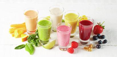 Samlebilde med fargerike smoothie i glass