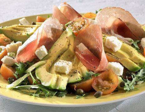 Oppskriftsbilde av italiensk salat med avokado, tomat, ost og spekeskinke