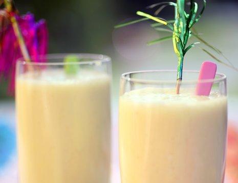 To glass smoothie pina colada