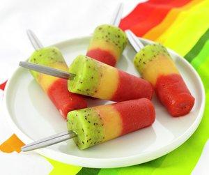 Ispinner laget av jordbær, kiwi og appelsinjuice