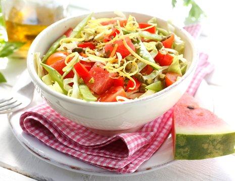 Oppskriftsbilde av spisskålsalat med vannmelon servert i hvit bolle.
