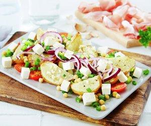 Oppskriftsbilde av potetsalat med kikerter servert på firkantet fat.