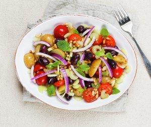 Potet- og tomatbolle, potet- og tomatsalat med rødløk, oliven og pinjekjerner