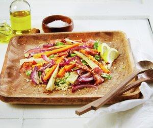 Oppskriftsbilde av bulgursalat med bakte rotgrønnsaker servert på trefat.