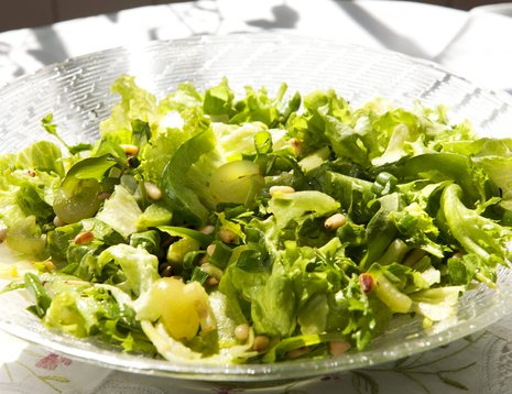 Grønn salat servert på glassfat