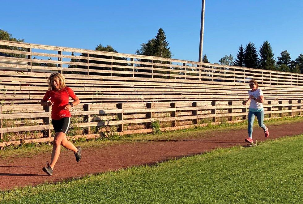 Merete Støverud Stokke (fremst) klarer å holde Marianne Røhme bak seg under Kondistreninga Årnes sitt 3000 meter testløp i Kondisløpet, august 2020