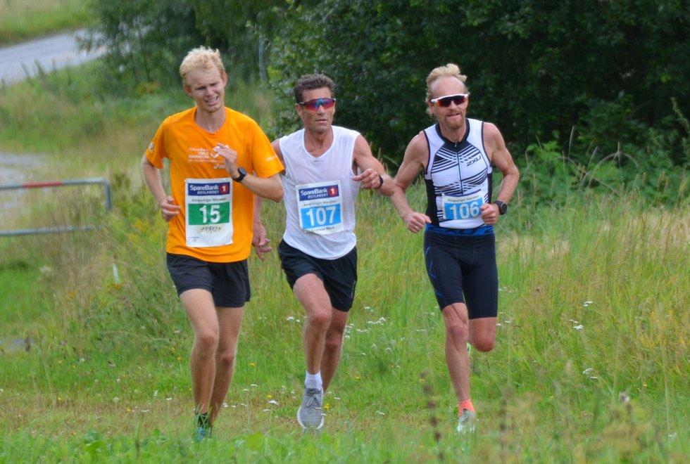 Håkon Kinneberg  (15) i den siste bakken på sin maraton mens Andreas Beck Engebretsen (107) og Kjell Vegar Opheim kjemper om 5. plassen på halvmaraton.