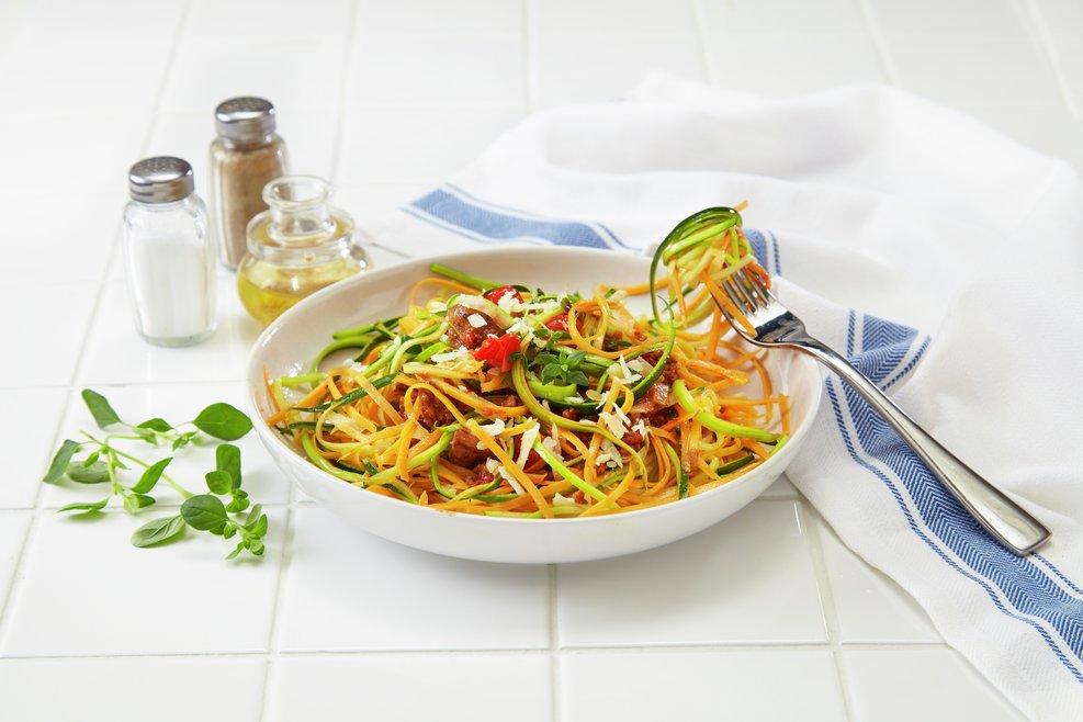 Grønnsakspagetti laget av strimlet søtpotet og squash