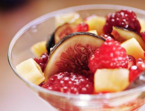 Oppskriftsbilde av fruktsalat servert i martiniglass.