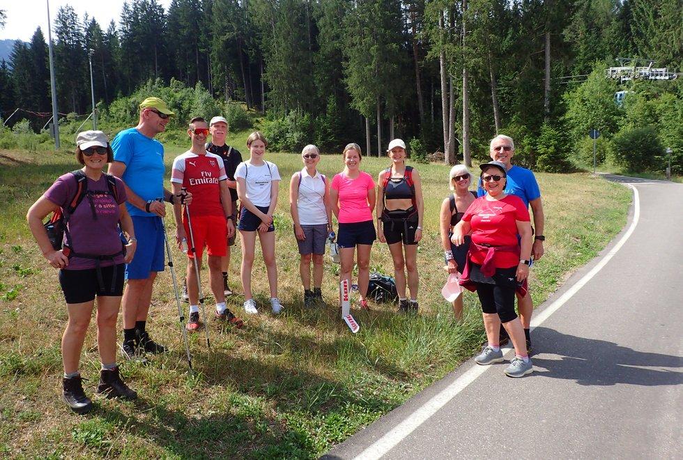 Klassen som startet 3 kilometeren opp Monsterbakken i Cavalese i Val di Fiemme, Dolomittene, Italia, gjør seg klar til start.