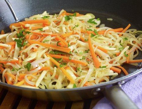 Oppskriftsbilde av sursøt grønnsaksalat i panne.