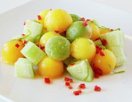 Agurksalat med mango og chili på et hvitt fat