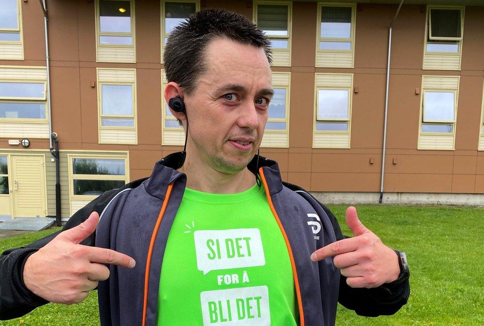 Bastian Fjelnset reklamerer gjerne for Stiftelsen Organdonasjon med T-skjorta «Si det for å bli det». (Foto: Jannicke Hustad)