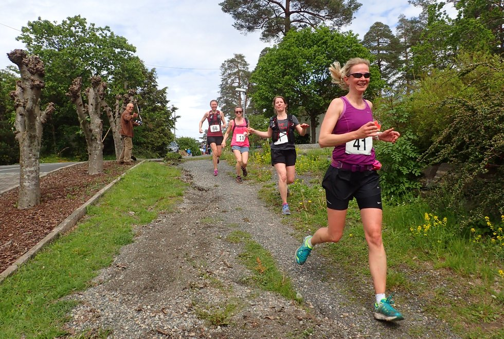 Fra fremst og bakover: Stine Hjorth, Ingeborg Thorsland, Linda Christiansen og Solveig Nordstrand i Tretoppsløpet på Jeløya 2019