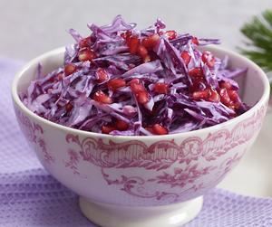 Oppskriftsbilde av kremet rødkålsalat med granateple servert i bolle.