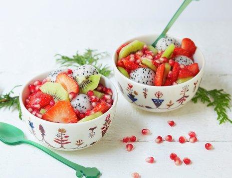 Fruktsalat med jordbær, kiwi, pitahaya og granateple