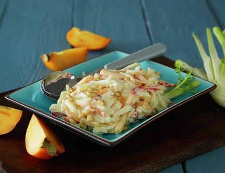 Oppskriftsbilde av persimon- og fennikelsalat servert i blå, firkantet tallerken.