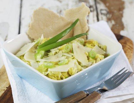 Kinakål med hvitløk og parmesan i lyseblå form