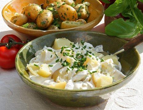 Oppskriftsbilde av potetsalat servert i grønn bolle (utemiljø).