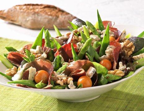 Salat med fenalår, tomat og nøtter servert i hvit bolle