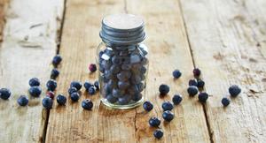 """""""Vitaminpiller"""" på glass. Blåbær på glass med skrukork."""
