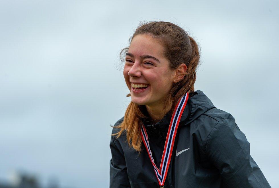 En glad Sara Busic har fått gullmedaljen som viser at hun kan kalle seg ungdomsmester