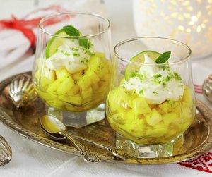 Oppskriftsbilde av limemarinert ananas servert i to glass.