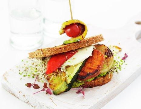 Sandwich med grillede grønnsaker på hvit fjøl